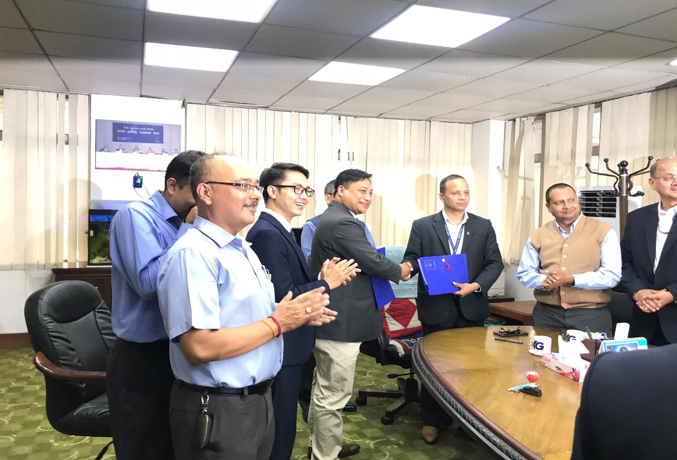 Nepal Telecom Ông Dilliram Adhikari trao hợp đồng cho đại diện liên doanh nhàthầuVNPT Technology - Kalash